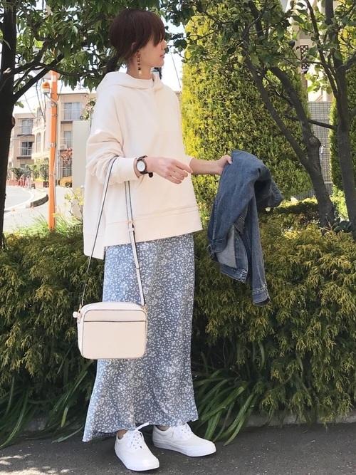 水色花柄スカート×白スニーカーの秋コーデ