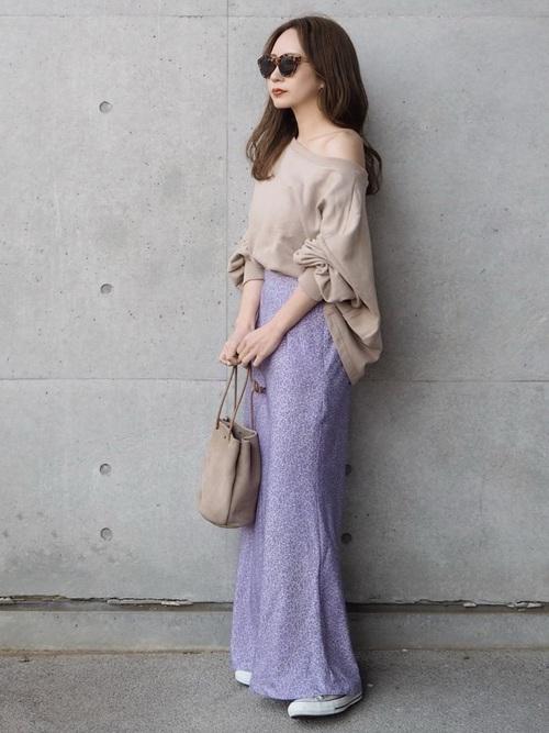 紫花柄スカート×ベージュスニーカーコーデ