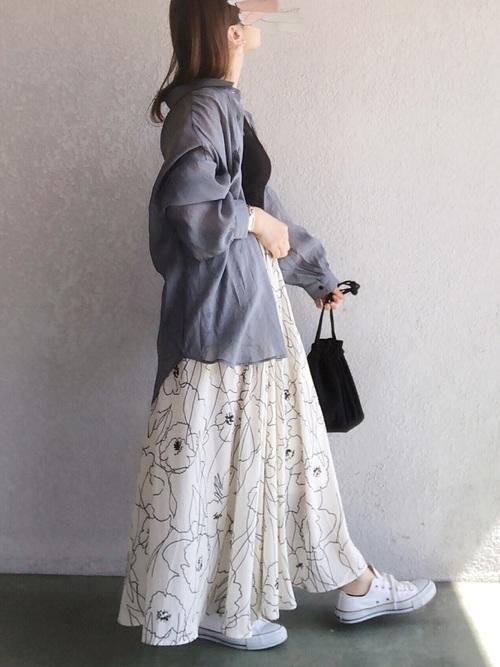 白花柄スカート×白スニーカーの夏コーデ