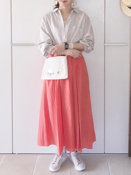 シャツ+オレンジスカート+ナイキスニーカー