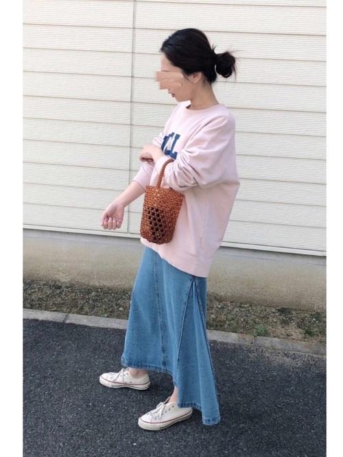デニムロングスカート×白スニーカーコーデ