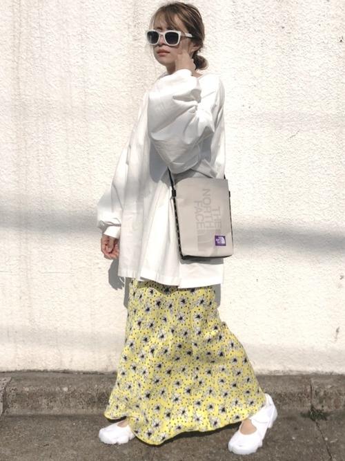 黄色花柄スカート×白スニーカーの春コーデ