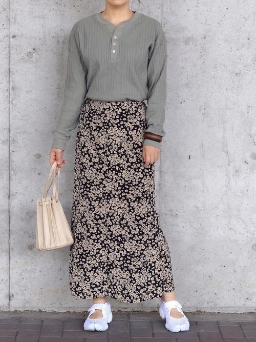 黒花柄スカート×白スニーカーの大人春コーデ
