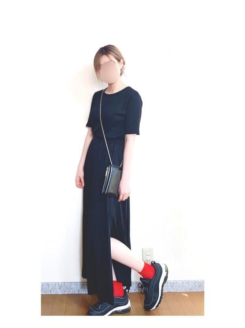 黒T+黒スカート+赤靴下+ナイキスニーカー