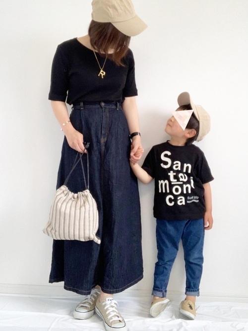 黒Tシャツ×デニムボトムスの夏リンクコーデ