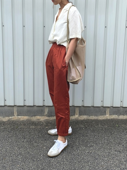 白スニーカー×リネンシャツコーデ