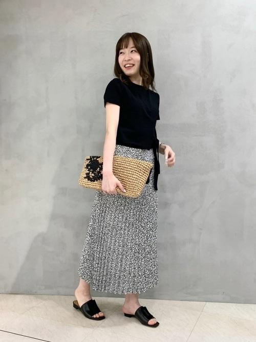 黒トップス×花柄プリーツスカートの夏コーデ