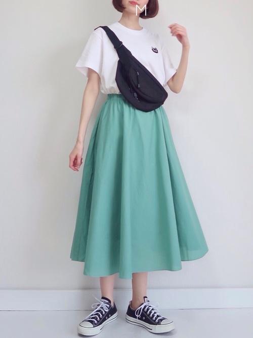 黒スニーカー×緑フレアスカートの夏コーデ