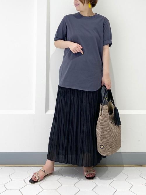グレーTシャツ×黒プリーツスカートの夏コーデ