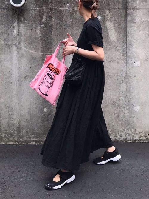 黒スニーカー×黒Tシャツワンピースの夏コーデ