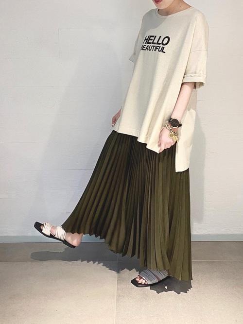 ロゴTシャツ×カーキプリーツスカートの夏コーデ