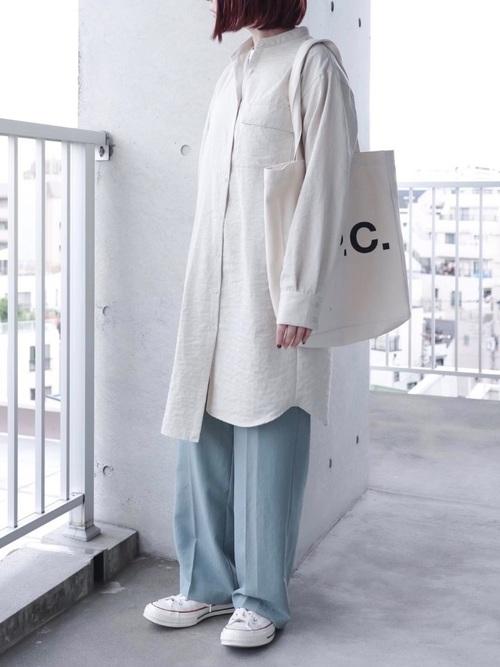 白コンバース×グリーンパンツの春コーデ