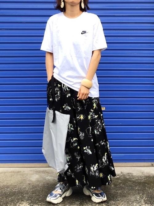 ロゴT+花柄スカート+ナイキスニーカー