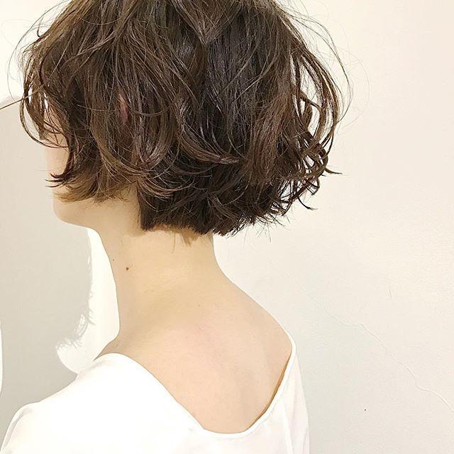 ふんわりパーマの若返りショートヘアスタイル