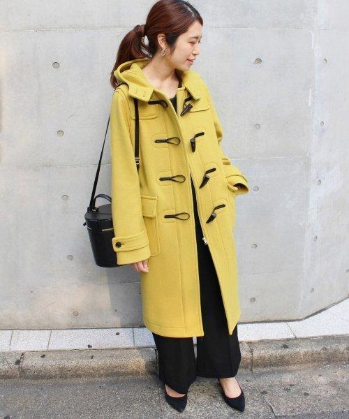 シンプルコーデ◎黄色ダッフルコート×黒パンツ