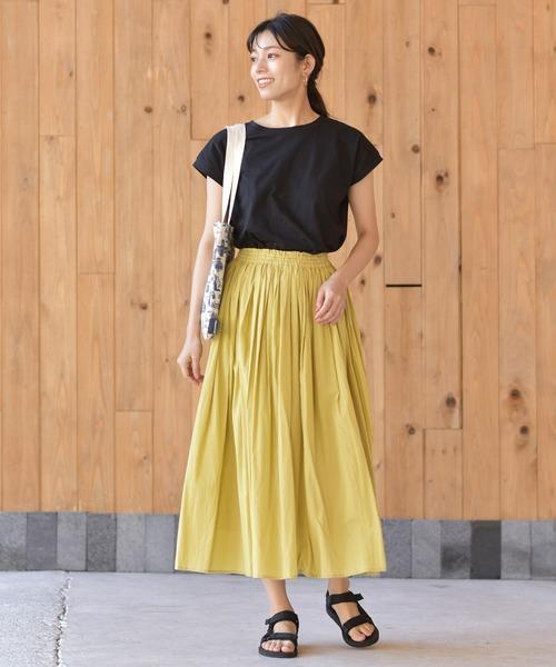 黒Tシャツ×ロングスカートの服装
