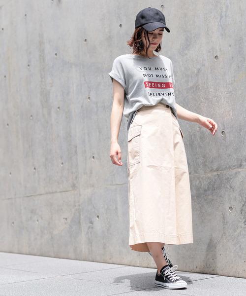 プリントTシャツ×サイドポケットスカート