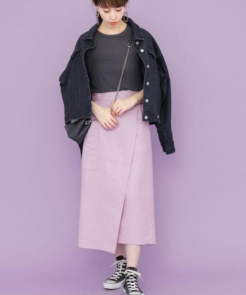 ピンクロングスカート×黒スニーカーコーデ