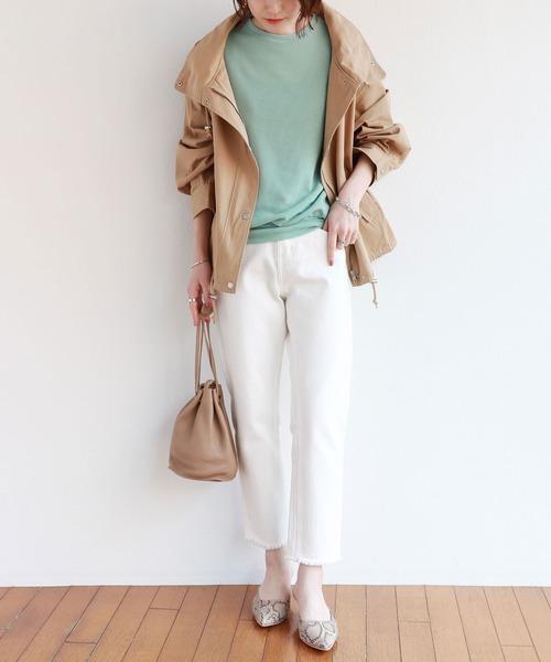 緑クルーネックトップス×白パンツ