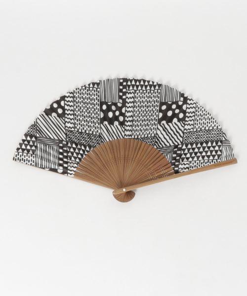 [チャイハネ] 【カヤ】和の香り 幾何学合わせ紙扇子 袋付き