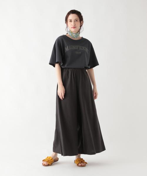 英字ロゴプリントT×黒スカート
