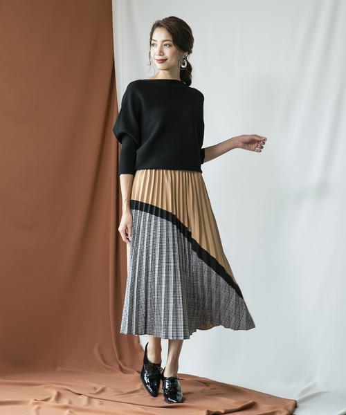 目を惹く色柄のプリーツスカートファッション