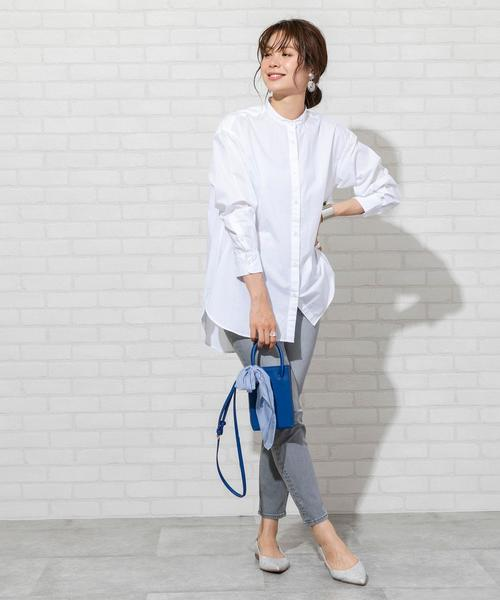 スタンドカラーシャツ×スリムデニムパンツ