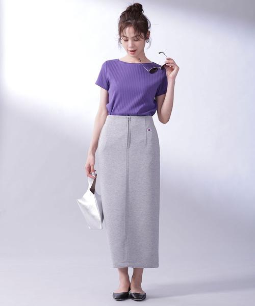 パープルTシャツ×灰色タイトスカート