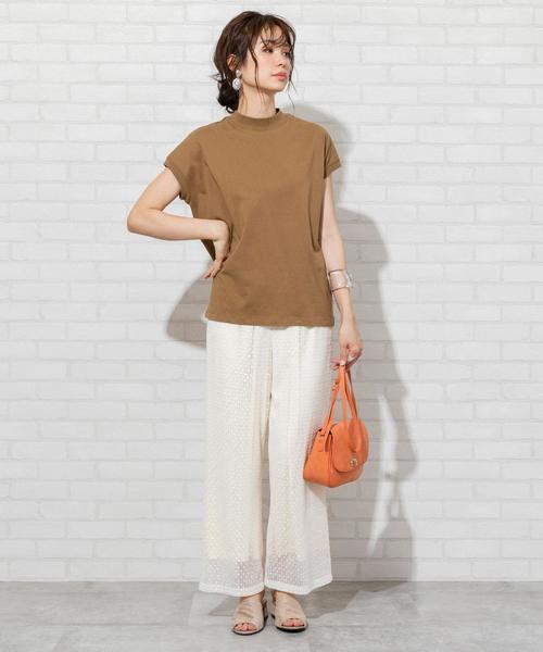 茶色ハイネックTシャツ×白パンツ