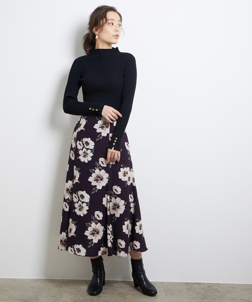 ビルドネックプルオーバー×花柄スカート