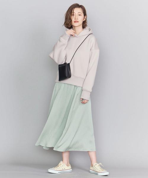ライトグリーンサテンスカートのコーデ