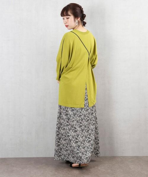 バックスリットTシャツ×柄スカート