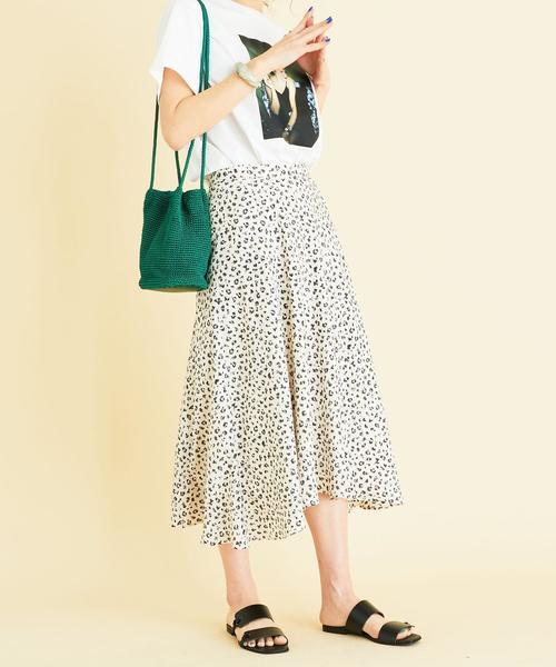 白Tシャツ×レオパード柄スカート