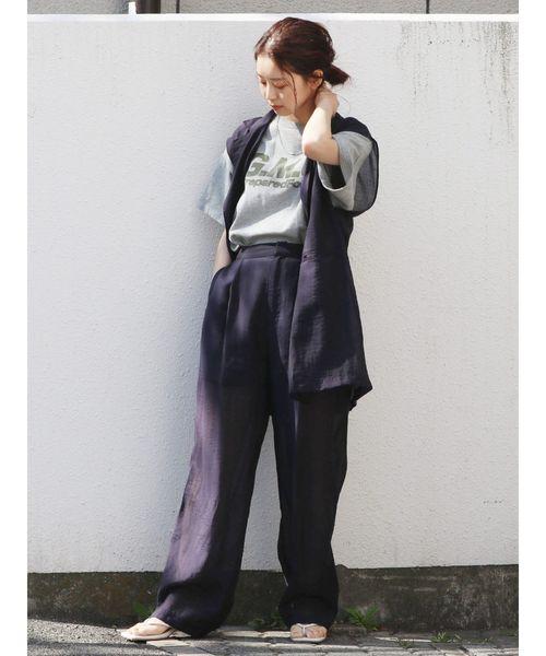 英字ロゴプリントT×濃色パンツ