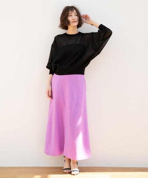 黒クルーネックニット×ピンクスカート
