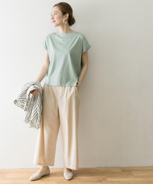 グリーンボートネックTシャツ×白パンツ