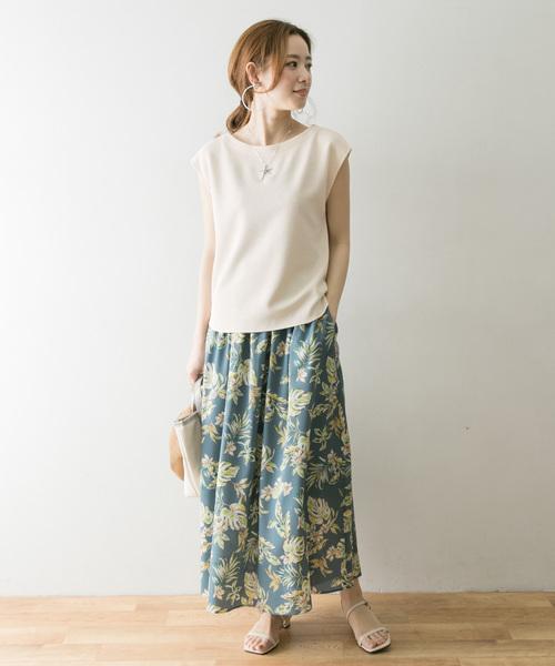 カットソー×リーフ柄スカートの服装