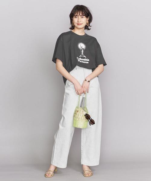 イラストプリントT×白パンツ