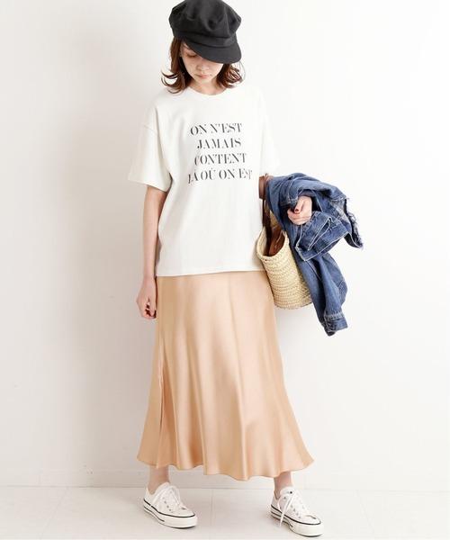 サテンスカート×白スニーカーの夏コーデ