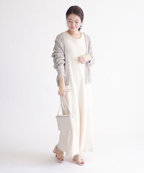 カーディガンを羽織った9月の東京の服装
