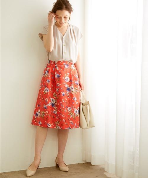 視線を集めるオリエンタルな花柄スカート