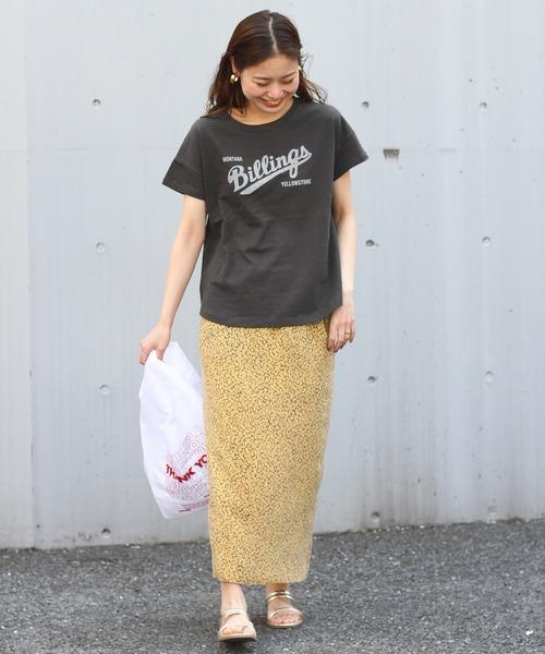 英字ロゴプリントT×柄スカート