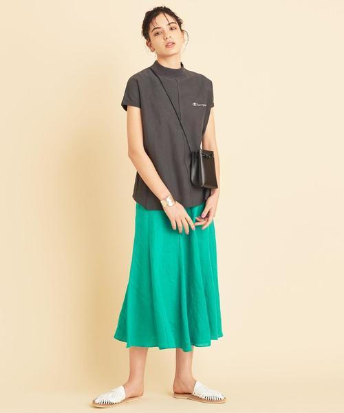 グレーハイネックTシャツ×緑ロングスカート