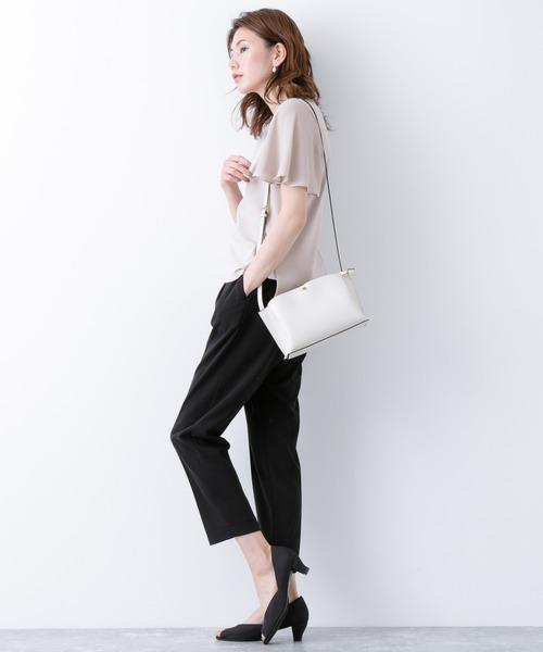 フレア袖トップス×パンツの服装