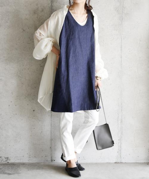 白スリムパンツの服装