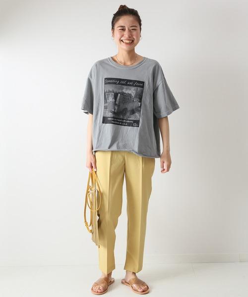 Tシャツ×カラーパンツの40代女性の夏コーデ