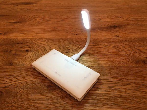 手元を明るく照らすUSB型LEDライト