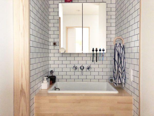 おしゃれな洗面所にシンプルミラー戸棚