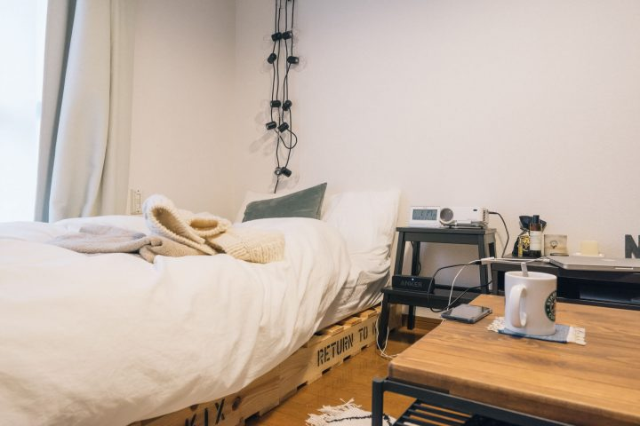 「横幅ぴったり」にベッドを寄せて空間を広く使う