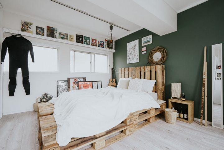 ダークグリーン×木製パレットのベッドルームインテリア